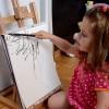 Çocuğunun Resimlerini Tamamlayan Anne