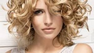 Kısa ve kıvırcık saçlarla ne yapılır ki?