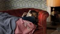 Kanepede Uyuyakalan Kıza Bakın Ne Yaptı