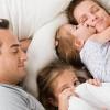 Çocuklar yatağında mı uyumalı? Bizimle mi?